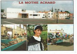 CPM - 85 - LA MOTHE ACHARD - Hotel De Ville - Marché -  - Très Bon état - - La Mothe Achard