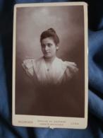 Photo CDV  Bellingard à Lyon  Portrait Femme  Belle Robe  CA 1895 - L436A - Photos