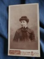 Photo CDV  Soyer à Lyon  Portrait Jeune Femme  Belle Robe Avec Des épaulettes - L436A - Anonymous Persons