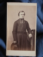 CDV Photo Margain Et Jager à Grenoble - Second Empire, Religion, Prêtre Curé, Chapeau à La Main, Vers 1865 L436B - Foto's