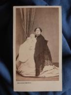 CDV Photo Dejonge à Angoulême - Second Empire Femme (Mme Guilbant Ou Guilbert) Avec Bébé Endormi, Circa 1865 L436B - Photographs