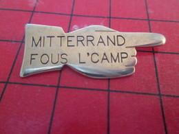 811b Pin's Pins : Rare Et Belle Qualité THEME : PERSONNALITES / MITTERRAND FOUS L'CAMP ... Il Vous A Niqués Pdt 14 Ans - Personnes Célèbres