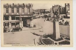 BERGERAC - Monument Aux Morts Et Un Jour De Marché Place Gambetta - Bergerac