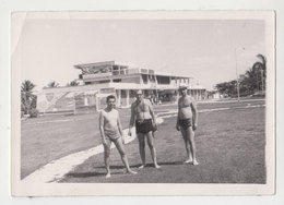 #23518-1 Vintage Orig Photo Three Man With Shorts One With Camera Beach Portrait - Personnes Anonymes