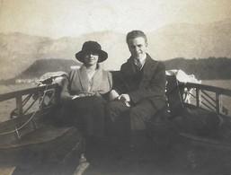PHOTO Ancienne Un Couple D'amoureux En Voyage De Noces Ballade En Barque à BELLAGIO En 1921 - Anonyme Personen