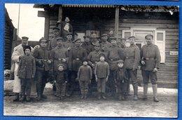 Carte Photo  -    Soldats Allemands    - Dans Un Village -  Front De L Est - War 1914-18