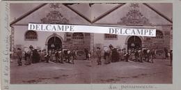 LE CROISIC 1898 - Belle Photo Originale De La Poissonerie, Le Petit Marchand De Journaux ( Loire Atlantique ) - Lieux
