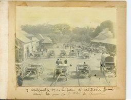 1042. SEINE-MARITIME 76 ROUEN. PHOTO SUR CARTON FORT LE PARC D'ARTILLERIE FORME DANS LA COUR DE L'HOTEL DE ROUEN 1911 - Luoghi
