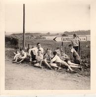 Jeunes Aux Alentours De Fagnolle - Photo Format 9 X 9 Cm - Lugares