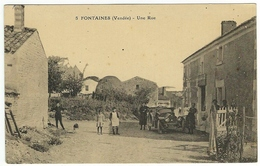 FONTAINES (Vendée) - Une Rue. Animée ! - Other Municipalities