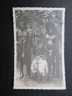 CARTE PHOTO CONGO (V1904) CHEF DE TRIBU AVEC GUERRIER AVEC LANCES (2 Vues) - Afrique