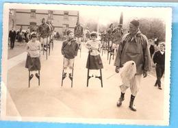 Photo-originale-A Situer-Groupe Folklorique-Echassiers-Echasseurs-enfants-Echasses-Costume-Sarrau - Photos