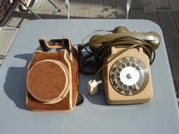 Ancien Téléphone à Cadran Avec Sa Housse De Protection Vintage - Telephony