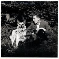 Grande Photo Carrée Originale Gay & Portrait De Charmant Playboyet Son Chien Berger Allemand Vers 1940 - Personnes Anonymes