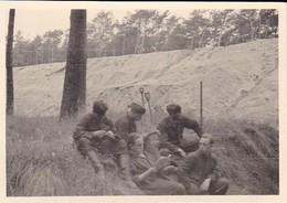Foto Deutsche Soldaten Bei Erdarbeiten - 2. WK - 10*7cm (40389) - Krieg, Militär
