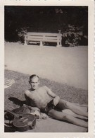 Foto Junger Mann Beim Sonnenbad Mit Mandoline - Ca. 1940 - 8,5*5,5cm (40391) - Personnes Anonymes