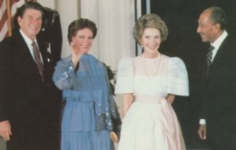 US President Reagan & Egypt President Sadat Meet With Wives 1981, C1980s Vintage Postcard - People