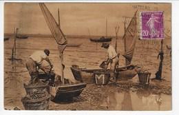 """La Côte Charentaise Et Vendéenne- Les Pêcheurs De Moules Arrivant Des Bouchots Déchargent Les """"acons""""  (Y156) - Pêche"""