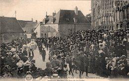 2695 Cpa 18 Bourges -  Les Trois Grandes Journées Régionalistes, Le Cortège Jeunesse Biturige Et Char De La Gerbe - Bourges