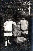 Amusante Carte Photo Originale Couple De Jeunes Jumelles Au Jardin Posant Avec Leur Fauteuil Voltaire Vers 1900 - Pin-Ups