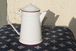 ANCIENNE CAFETIERE EMAILLEE Blanche Et Liseret Rouge, Hauteur 22cm - Art Populaire