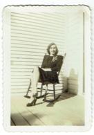 Foto/Photo. Pin Up, Femme En Robe Noire Et Rocking Chair. - Pin-Ups