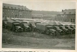 PHoto D'une Caserne Avec Une Multitude De Camions Véhicules Militaires A Identifier - War, Military