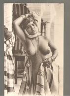 Algérie Jeune Femme Arabe Seins Nus Scènes Et Types N°6275 LL De 1905? - Algérie