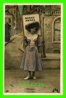 NOUVEL AN - JEUNE FILLE AVEC LA PANCARTE DE BONNE ANNÉE -  ÉCRITE EN 1908 - UNION POSTALE UNIVERSELLE - - Nouvel An