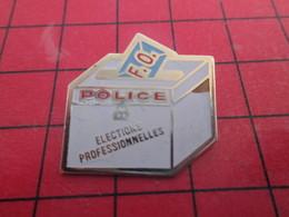 2017 Pin's Pins / De Belle Qualité Et Rare / THEME POLICE : FORCE OUVRIERE ELECTIONS PROFESSIONNELLE BOURRAGE DES URNES - Politie