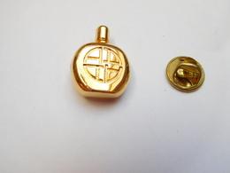 Superbe Pin's En Relief , Parfum - Parfum
