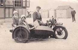 CARTE PHOTO MOTO  MARQUE TERROT  AVEC SIDE CAR  FAMILLE PRISE SUR LA PLAGE BELLE CPA - Motorbikes