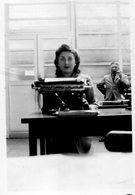 Photo D'une Femme Devant  Sa Machine A écrire A Sont Bureau - Anonymous Persons