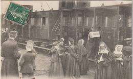 Haute Pyrénées :  LOURDES : Le  Départ  En  Train  Des  Pélerins (  Panneau  Chartres ) - Lourdes