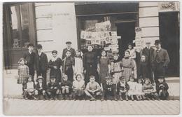 PHOTO CARTE. PARIS ?  LE KIOSQUE À JOURNAUX - Anciennes (Av. 1900)