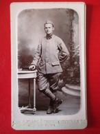 """Militaria - Photographie Ancienne CDV - Miltaire - LETTRE """" A """" SUR COL - (?) - Photo Léon, Grenoble   TBE- - Krieg, Militär"""