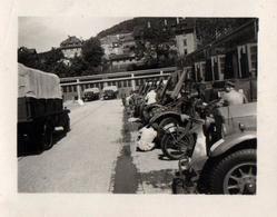 Petite Photo Originale Guerre 1939-45 Rendez-Vous Au Garage Pour Révision Générale Des Camions Pour Transport De Troupes - Guerre, Militaire