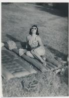 REAL PHOTO Ancienne Swimsuit Woman On Beach Mattress, Femme Maillot De Bain Sur Plage - Old Snapshot Original Photograph - Persone Anonimi