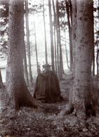 Tirage Photo Albuminé D'une étrange Rencontre De Dos En Forêt En 1915 - Sorcellerie & Magie En Cape & Chapeau - Anonymous Persons