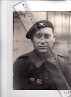 PHOTO - MILITARIA - PORTRAIT De TANKISTE Et Ses INSIGNES Grande Phot0 De 23cm Sur 18 - 1930 1940 Environ à Prior - Guerre, Militaire