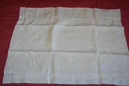 Taie D'oreiller Ancienne En Fil Avec Broderie - Bed Sheets