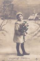 Jolie Carte Fantaisie - Portrait Enfant, FILLETTE Sous La Neige Avec Bouquet De Houx - A Voir 2 Scans - Portraits