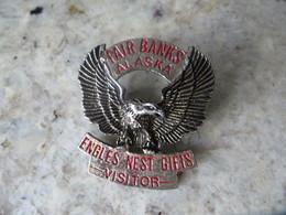 Insigne - Badge Publicitaire En Métal FAIR BANKS ALASKA - Engles Nest Gifis - Bel Aigle Sculpté Dans La Masse -  Pin's ? - Advertising (Porcelain) Signs
