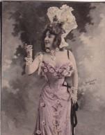 SANS DESCRIPTION. FEMME VINTAGE. COLORISE. CARD TARJETA COLECCIONABLE TABACO. CIRCA 1915 SIZE 4.5x5.5cm - BLEUP - Personnes