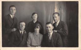 R146348 Old Postcard. Family Photo. Sharmelle - Cartes Postales