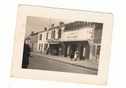 """CHARENTE, Cognac Ou Environs - Photo ( +/- 6 X 9 Cm ) , Café Des Sports Et Cinéma """" REGINA """" A SITUER (fr74) - Lieux"""
