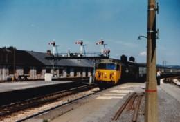 AL52 Railway Photograph - Train Arriving At A Railway Station - Trains