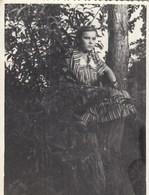 UKRAINE. #1485 A PHOTO. SERIOUS GIRL ON TREE.  *** - Proyectores De Cine