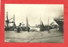 CPSM  Lorient (56) Le Port De Pêche Bateaux à Quai,,personnages ,cycliste - Lorient