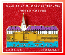 SUPER PIN'S VILLE-Arthus BERTRAND : SAINT-MALO En BRETAGNE (Ille Et Villaine) En ZAMAC Base Or, 3,3X2,2cm - Arthus Bertrand